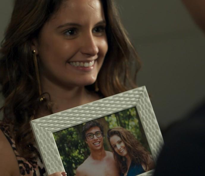 Nanda mostra um porta-retrato com uma foto dos dois juntos (Foto: TV Globo)