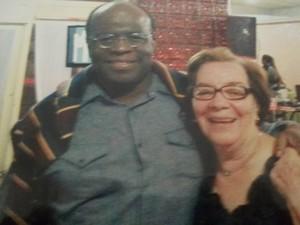 Joaquim Barbosa e Dulce de Oliveira Calçado, ex-diretora da escola onde ele estudou, durante a festa de aniversário da mãe do ministro, em abril de 2012, em Brasília (Foto: Reprodução / Cíntia Acayaba / G1)