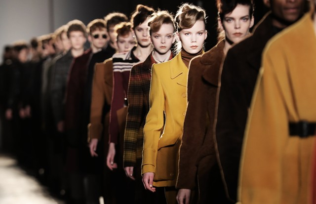MILAN, ITALY - FEBRUARY 25:  (EDITORS NOTE: Image has been desaturated.) Models walk the runway at the Bottega Veneta show during Milan Fashion Week Fall/Winter 2017/18 on February 25, 2017 in Milan, Italy.  (Photo by Vittorio Zunino Celotto/Getty Images) (Foto: Getty Images)