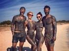 De maiô comportado, Paris Hilton toma banho de lama