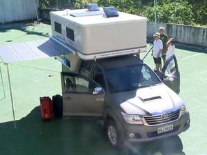 Casal do ES vai viajar pelo mundo em carro equipado com cama, banheiro, fogão e geladeira.  (Foto: Reprodução/ TV Gazeta)