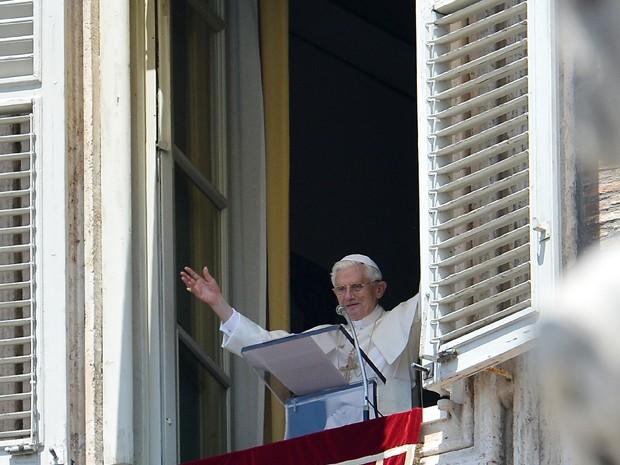 Papa Bento XVI acena em pronunciamento feito durante a missa dominical do Ângelus na praça de São Pedro do Vaticano (Foto: Reuters)