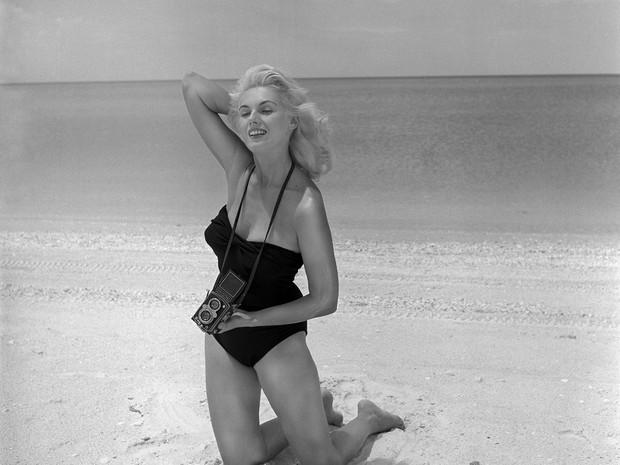 Bunny Yeager em foto tirada por ela mesma em 1949 (Foto: reprodução)