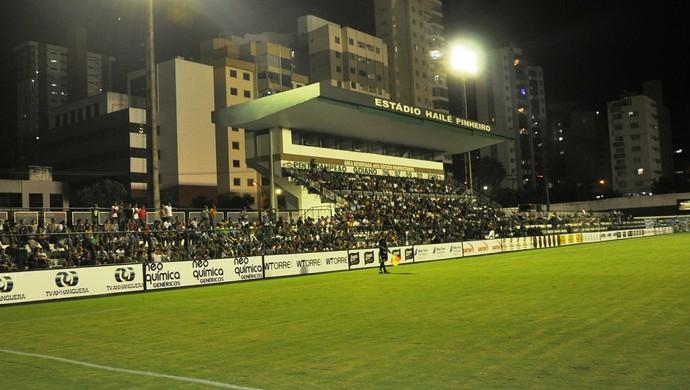 Público em jogo beneficente na Serrinha (Foto: Guilherme Gonçalves/Globoesporte.com)