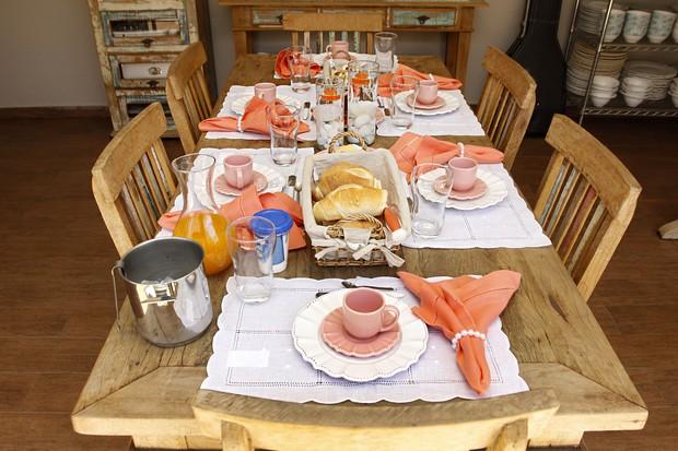 Mesa montada para o café da manhã na casa de Pedro Leonardo (Foto: Celso Tavares/EGO)