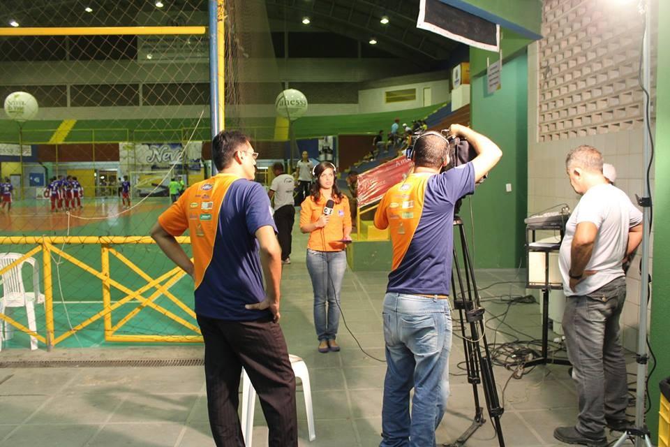 Equipe de Jornalismo da TV Grande Rio grava matéria para os telejornais.  (Foto: Emerson Rocha)