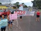 Moradores bloqueiam RS-407 em protesto em Xangri-Lá, no RS