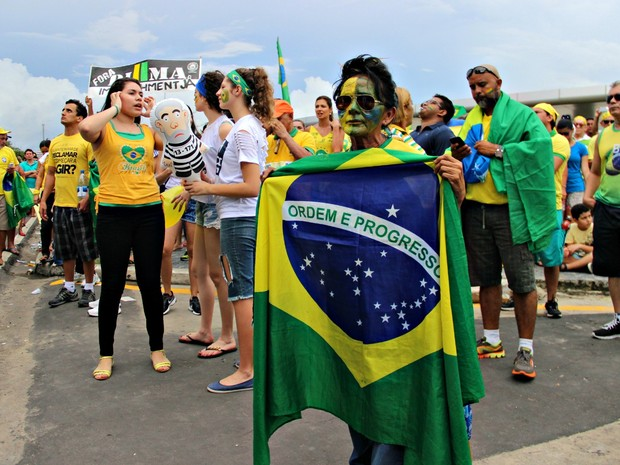 Flanelinha Valdiza de Araújo saiu às ruas contra governo Dilma (Foto: Adneison Severiano/G1 AM)