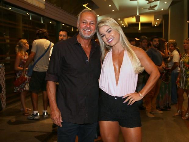 Kadu Moliterno e a namorada, Cristianne Rodriguez, em estreia de peça na Zona Sul do Rio (Foto: Cleomir Tavares/ Divulgação)