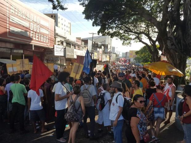 Manifestantes se concentram na praça Gentil Ferreira, em Natal, para protestar contra reforma da Previdência (Foto: Thyago Macedo/G1)