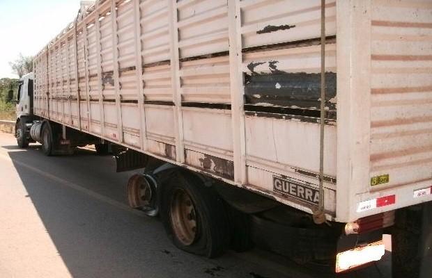 Caminhão foi atingido na lateral e condutor sofreu ferimentos leves (Foto: Divulgação/ PRF)