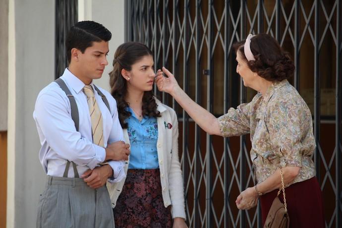 Osório e Camélia levam Gerusa até o doutor Lauro (Foto: TV Globo)