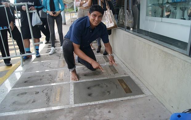 Jardel recebe homenagem e põe os pés na Calçada da Fama do Olímpico (Foto: Lucas Uebel/Divulgação, Grêmio)