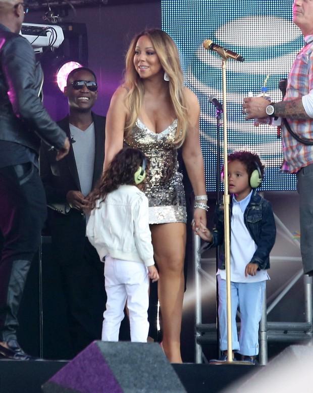 X17 - Mariah Carey e os filhos gêmeos, Moroccan e Monroe, em programa de televisão nos Estados Unidos (Foto: X17online/ Agência)