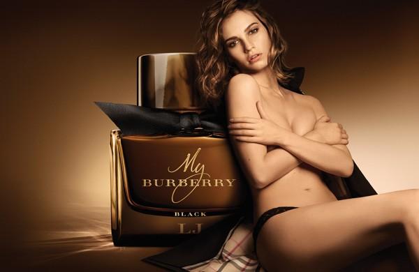 Lily James posa para a campanha do novo perfume feminino da Burberry (Foto: Mario Testino)
