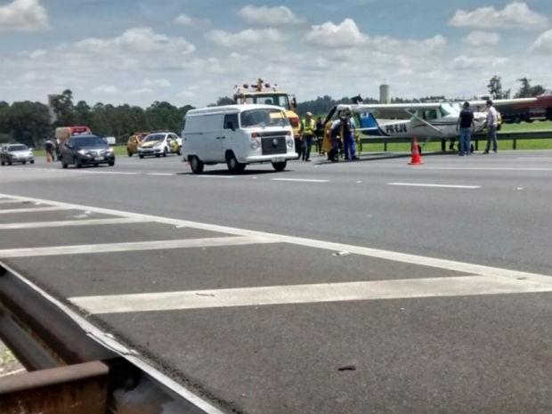 Pouso de avião fechou duas faixas da rodovia (Foto: Rafael Fachim/TV TEM)