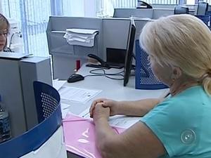 Aposentados podem procurar agência bancária para se cadastrar (Foto: Reprodução/TV TEM)