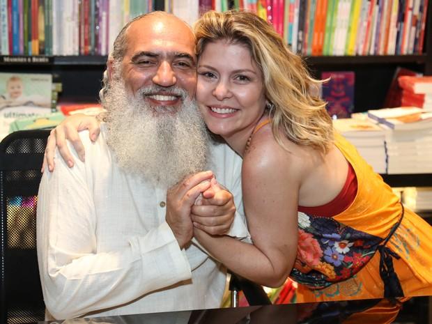 Sri Prem Baba e Bárbara Borges em lançamento de livro na Zona Sul do Rio (Foto: Roberto Filho/ Brazil News)