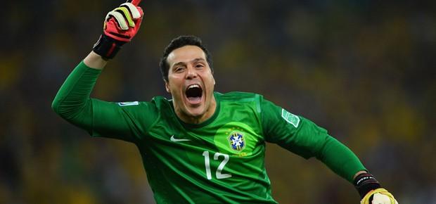 Júlio César comemora a vitória brasileira (Foto: Laurence Griffiths/Getty Images)