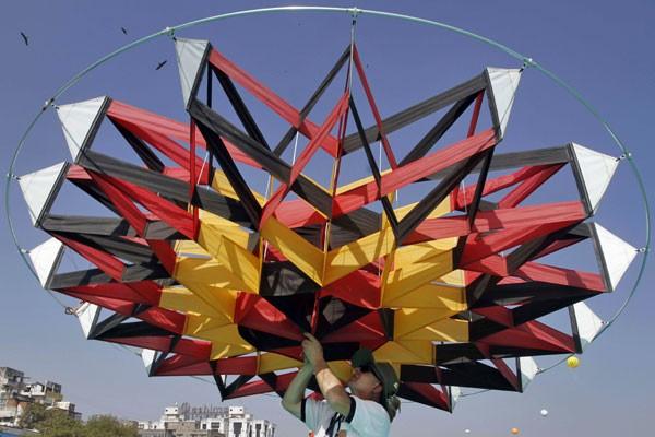 Italiano tenta colocar no ar uma pipa gigante no início de festival internacional na Índia. (Foto: Ajit Solanki/AP Photo)