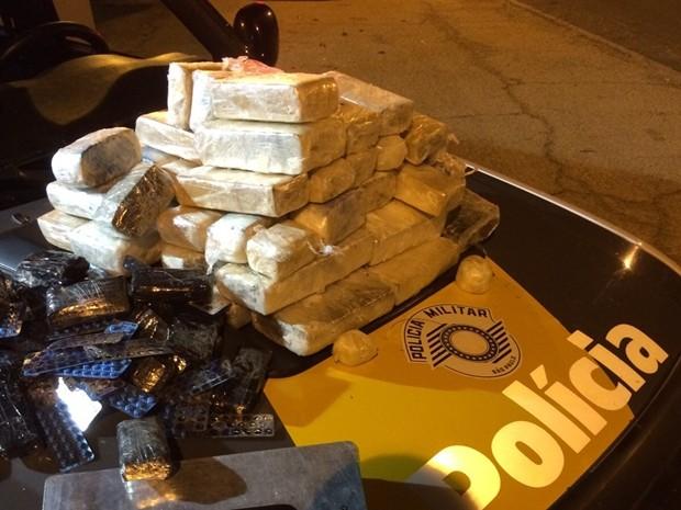 Carro transportava estimulante sexual e drogas em Itararé (Foto: Divulgação/Polícia Rodoviária de Itararé)