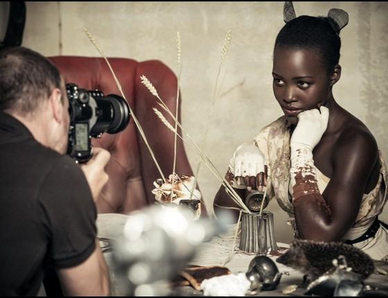 Tim Walker em ação, clicando a atriz Lupita Nyong'o (Foto: Jaha Dukureh)