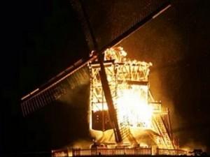 Moinho milionário de Limeira é incendiado na noite desta segunda-feira (16) (Foto: José Carlos Roque Júnior/VC no G1)