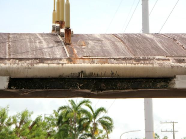 Totem metálico do monumento tem ferrugem (Foto: Adneison Severiano/G1 AM)
