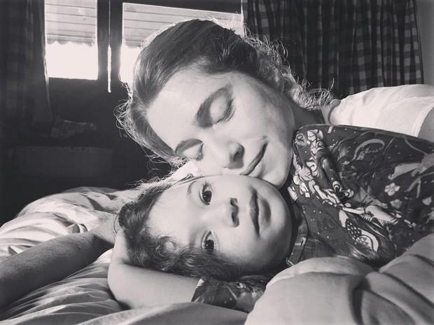 Letícia conta que Stella dorme na cama com ela várias vezes - e que não vê mal nenhum nisso (Foto: Arquivo pessoal/ Letícia Spiller)