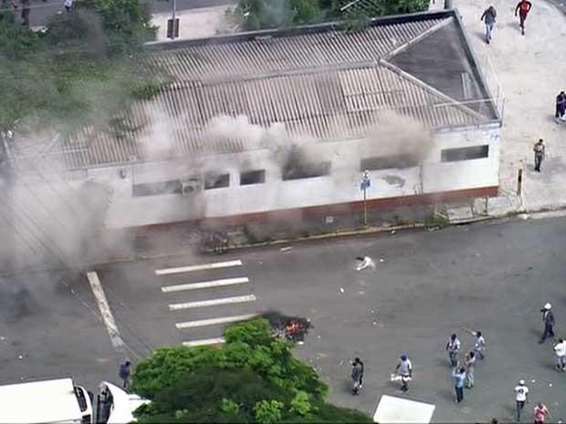 Galpão foi incendiado em ato contra cobrança de estacionamento no Ceagesp. (Foto: Reprodução/TV Globo)