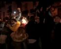 Torcedores do Napoli fazem barulho durante a noite em frente a hotel do Real