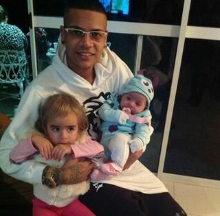 MC Duduzinho posa com as filhas (Foto: Divulgação)