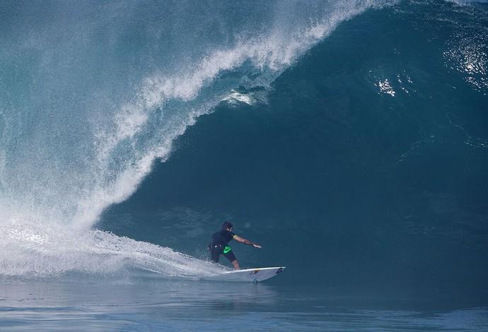 Scooby surfa tubo em dia ondas pesadas no North Shore de Oahu (Foto: Fred Pompermayer)