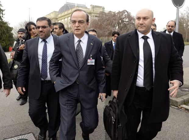 O negociador-chefe da oposição síria, Hadi al-Bahra (ao centro), chega para reunião com o regime nesta sábado (25) em Genebra  (Foto: Philippe Desmazes/AFP)