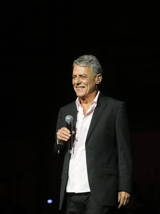 """Chico cantou a música """"As vitrines"""" e foi recepcionado com gritos de """"Fora, Temer!"""", pelo público  (Foto: Ag News)"""