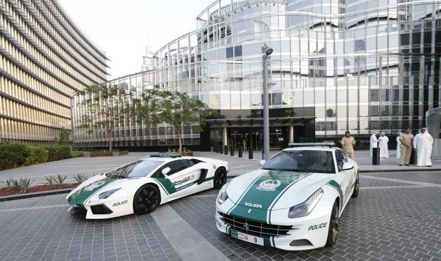 Foto mostra Lamborghini e Ferrari usadas pela polícia de Dubai (Foto: Karim Sahib/AFP)