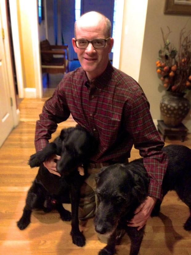 Pesquisador David Mooney com seus dois cachorros: cientista busca contraceptivos para cães e gatos (Foto: David Mooney/Arquivo pessoal)