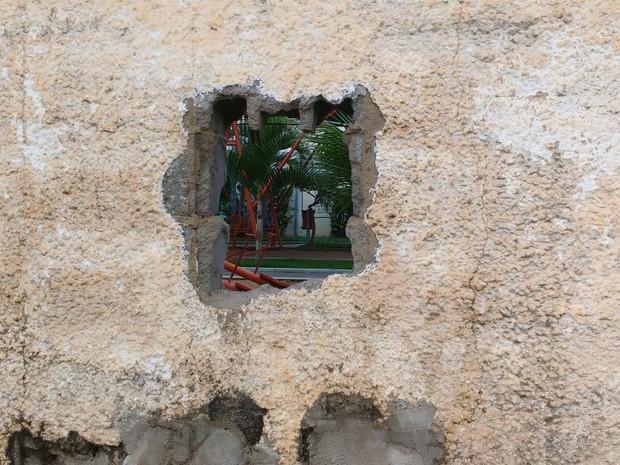 Buraco foi feito durante a visita de familiares (Foto: Marcelo Marques/ G1 RR)