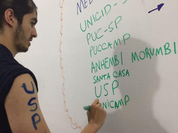 Angelo Cavalcanti, de Suzano, listando as universidades em que foi aprovado. (Foto: Angelo Cavalcanti/ Arquivo Pessoal)
