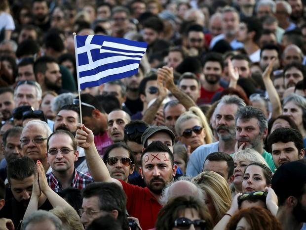 Manifestantes reúnem-se no centro de Atenas antes do referendo sobre o futuro da economia grega, nesta sexta-feira (3) (Foto: Reuters/Yannis Behrakis)