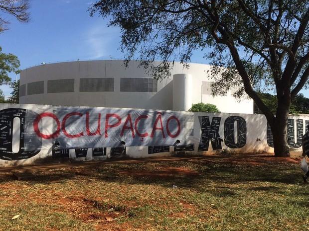 Faixa afixada a muro no Complexo Cultural da Funarte em Brasília avisa sobre ocupação; manifestantes são contrários ao presidente em exercício, Michel Temer (Foto: Mateus Vidigal/G1)