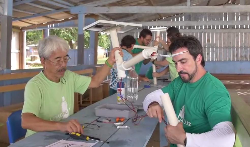 Padre Fabio de Melo ajudou a levar luz para comunidade ribeirinha no Amazonas (Foto: Reprodução/Tv Globo)