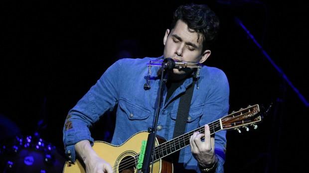 """John Mayer tocando """"XO"""" em um de seus shows (Foto: Divulgao)"""