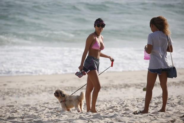 Ex bbb Munik na Praia da Barra da Tijuca (Foto: AgNews )