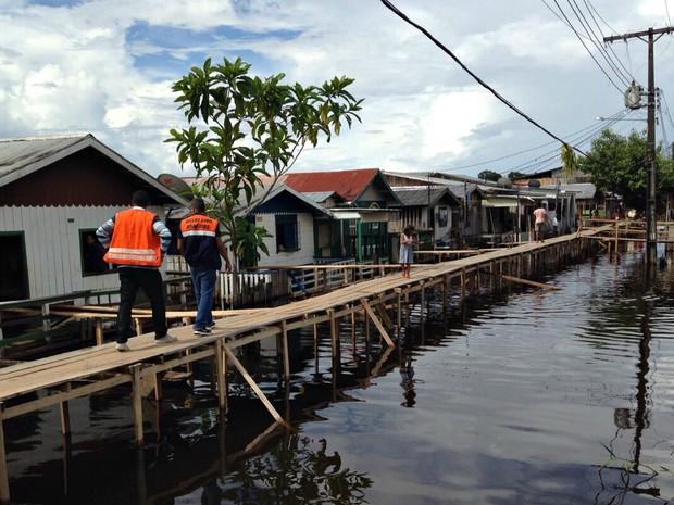 Água do rio invadiu rua de Coari (Foto: Defesa Civil/Divulgação)