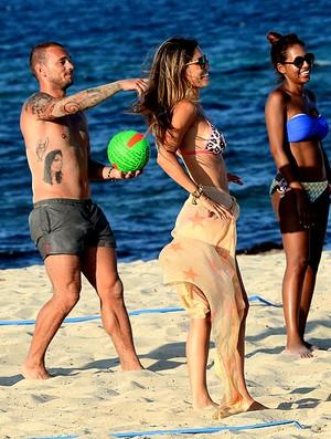 Wesley Sneijder e a esposa Yolanthe Cabau em Ibiza  (Foto: Splash News)