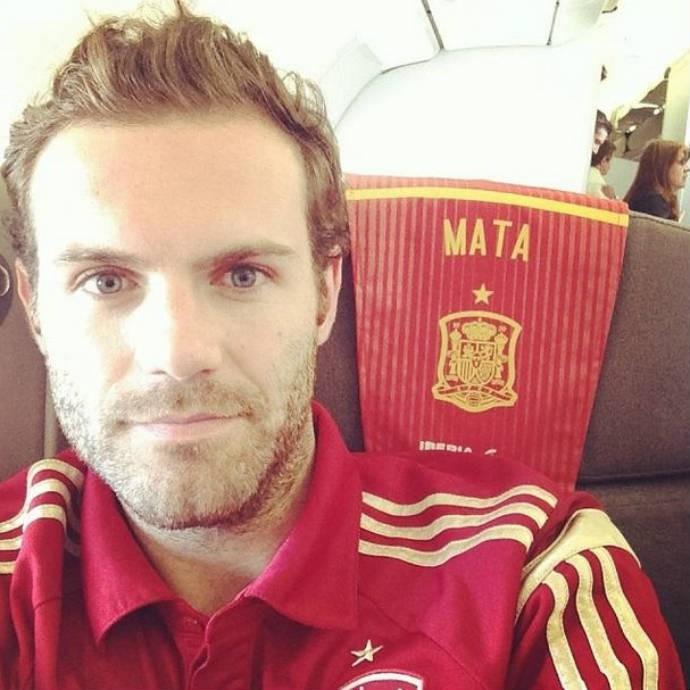 Juan Mata mostra nome no pano do encosto do avião da Espanha (Foto: Reprodução)