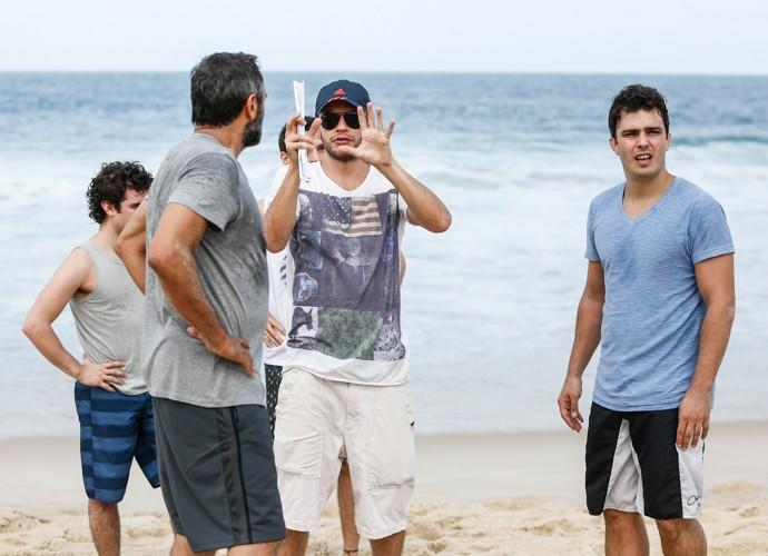O diretor Bruno Martins converca com Domingos Montagner (Foto: Raphael Dias/Gshow)