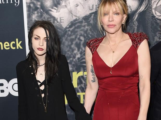 Frances Bean Cobain e a mãe, Courtney Love, em première de documentário em Los Angeles, nos Estados Unidos (Foto: Jason Merritt/ Getty Images/ AFP)