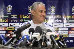 Tite na entrevista coletiva da seleção brasileira em Lima, no Peru (Foto: Pedro Martins/MoWa Press)